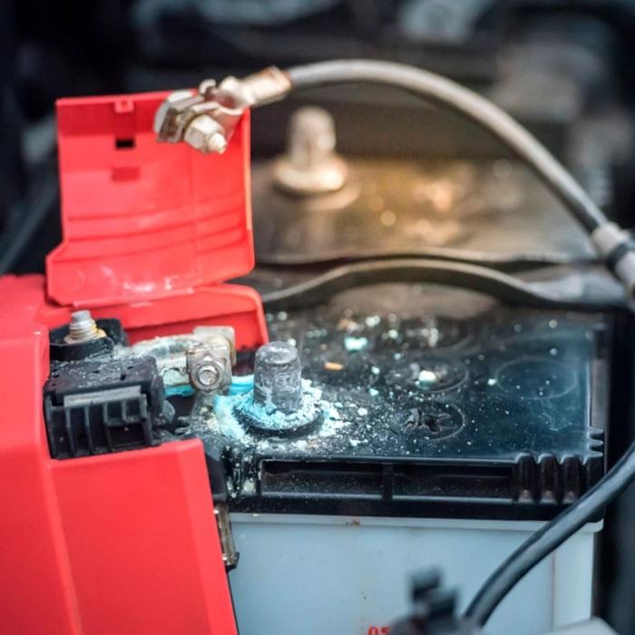 Сода находит применение и при чистке клемм автомобильного аккумулятора. /Фото: familyhandyman.com