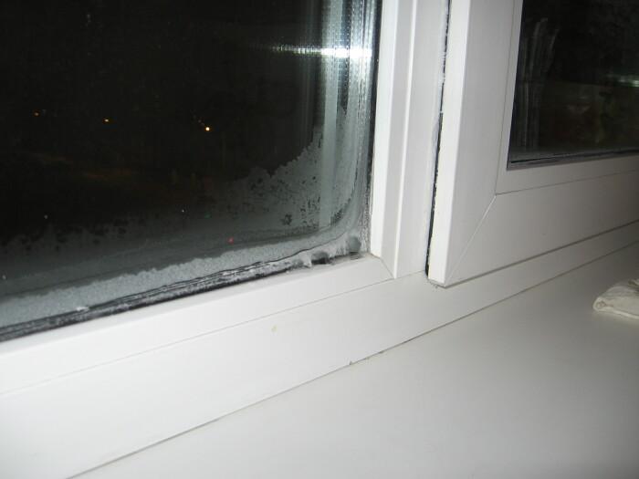 Не всегда холод возле окна является синонимом сквозняка и некачественных окон. /Фото: folksland.net