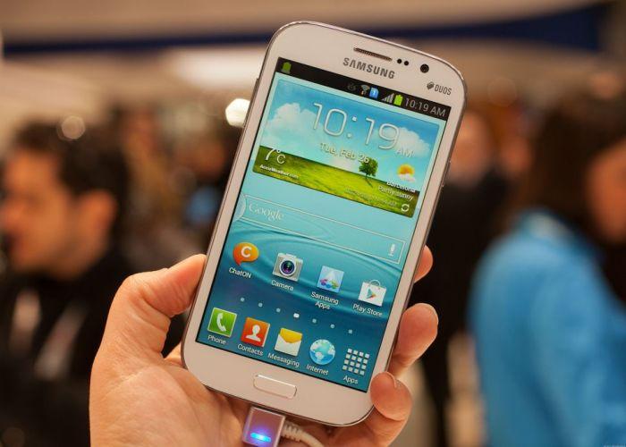 Если телефон заряжается, для разговоров лучше использовать наушники или громкую связь. /Фото: cnet4.cbsistatic.com
