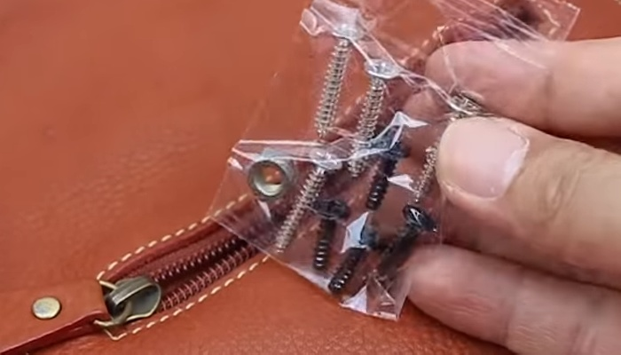 Мелкие элементы проще перевозить, склеив их скотчем.