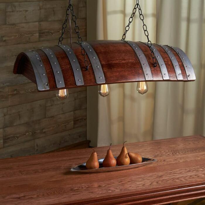 Светильник из бочки добавляет интерьеру индустриального шика. /Фото: homebnc.com