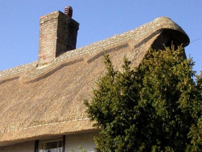 Вот так выглядит соломенная крыша. /Фото: easyroofing.co.uk