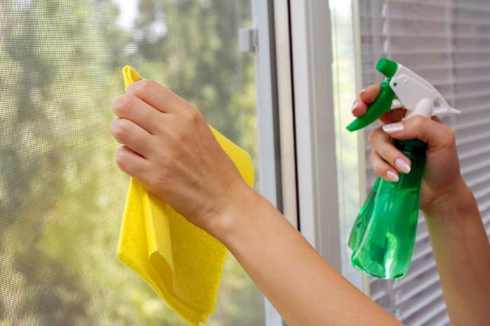 С помощью вина можно прекрасно отмыть зеркало или стекло. /Фото: oknaplusdnr.com