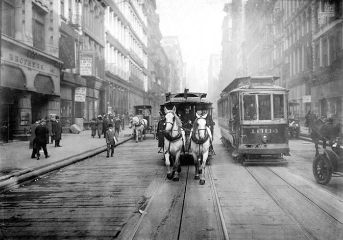 Потерянные лошадями гвозди и подковы были причиной прокола шин автомобилей. /Фото: cdn.viewing.nyc