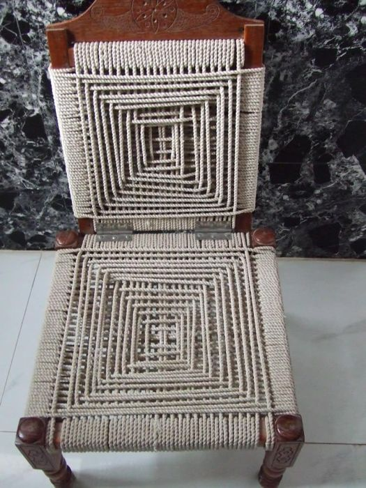 Стул, полностью обновленный с помощью веревки. /Фото: i.pinimg.com