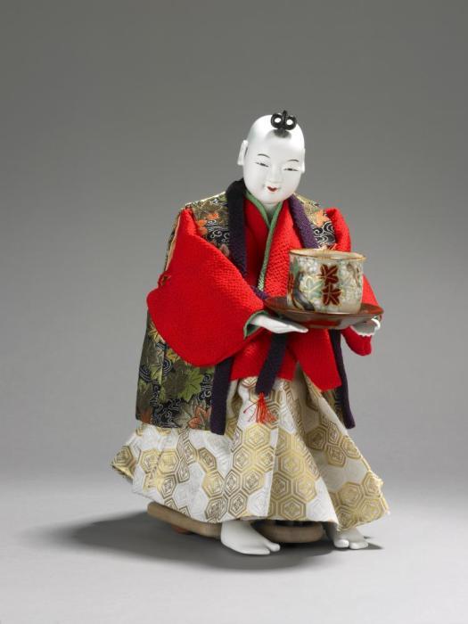 Кукла в виде мальчика, подающая чай. /Фото: research.pitishmuseum.org