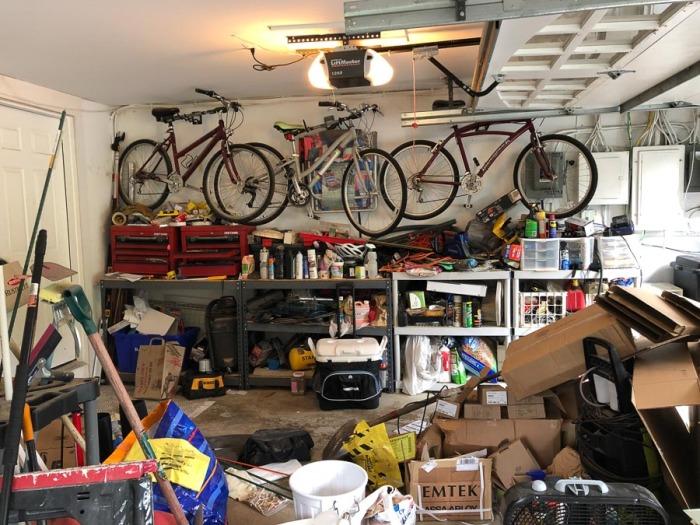Перед организацией хранения гараж расхламляют, и затем повторяют расчистку два раза в год. /Фото: drivenbydecor.com