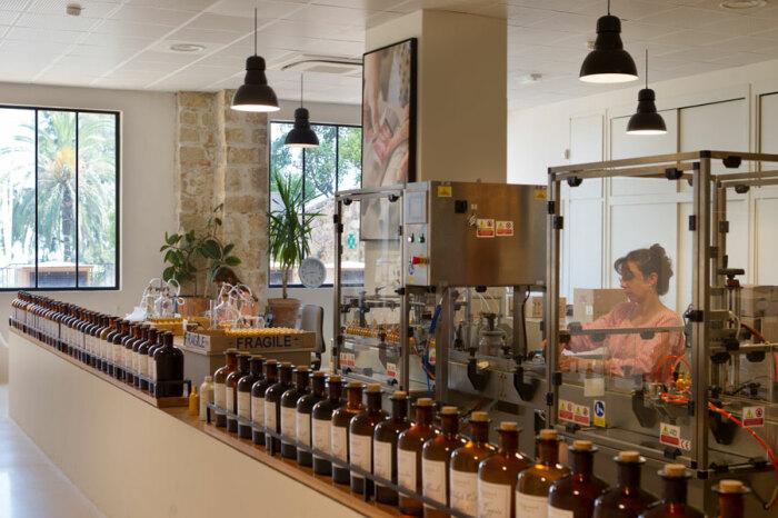 Полуавтоматическая упаковочная линия позволяет сохранять индивидуальный контроль качества продукции. /Фото: usines-parfum.fragonard.com