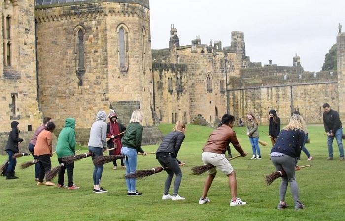 Замок Алнвик открыт для посещения и здесь дают «уроки» управления метлой. /Фото: lundgrentours.com