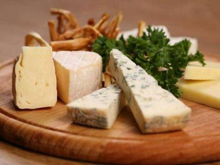 Твердый сыр не особо подвержен распространению плесени. /Фото: metbuat.az