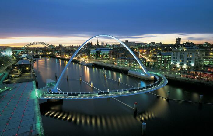 Подсветка превращает Gateshead Millennium Bridge в фееричное зрелище. /Фото: wilkinsoneyre.com