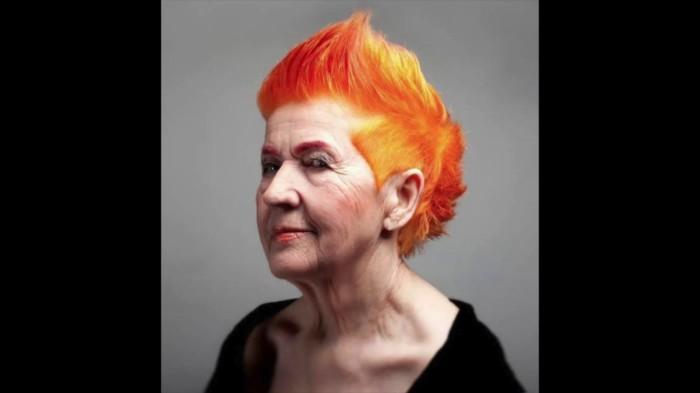 Яркий цвет волос — не делает вас моложе, а наоборот. /Фото: i.ytimg.com