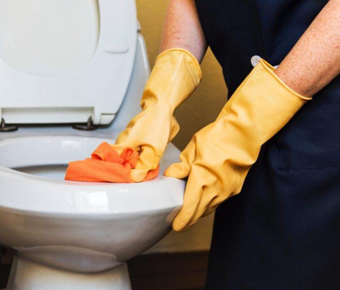 Чтобы почистить унитаз, не обязательно использовать специальные магазинные средства. /Фото: yanashla.com