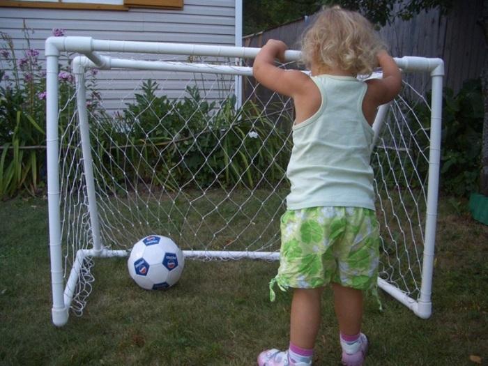 Ребенок будет в восторге, если родители сделают ему такие ворота во дворе. /Фото: pol-master.com