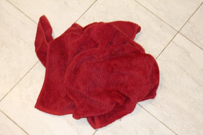 Мокрое полотенце может быть причиной неприятного запаха. /Фото: atouchofcass.files.wordpress.com