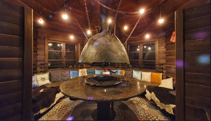 В доме сделан открытый очаг «Яйцо Кащея». /Фото: static.tildacdn.com