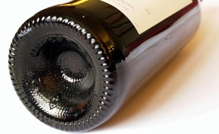 Выпуклое дно бутылки решает несколько задач. /Фото: enjoyfoodwine.com