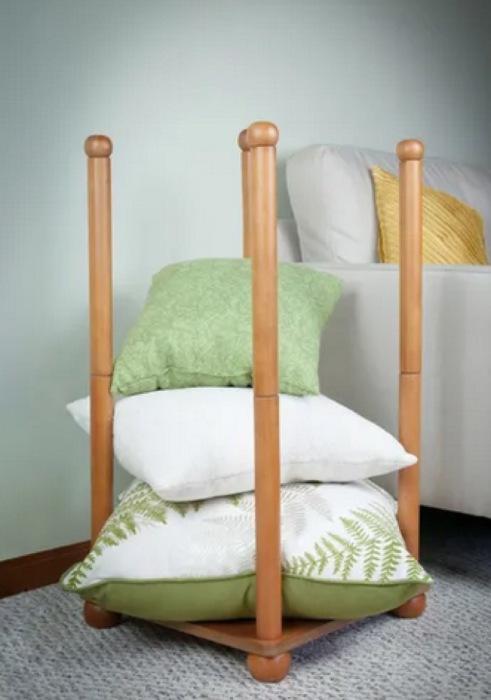 Удобная в использовании и эффектная в интерьере подставка для подушек пригодится в спальне или гостиной. /Фото: i1.wp.com