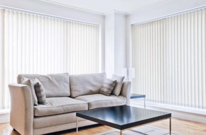 Жалюзи светлых оттенков — один из эффективных вариантов добавления света в темную комнату.