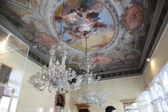 Светильники – одна из достопримечательностей музея стекла. /Фото: glassofvenice.com