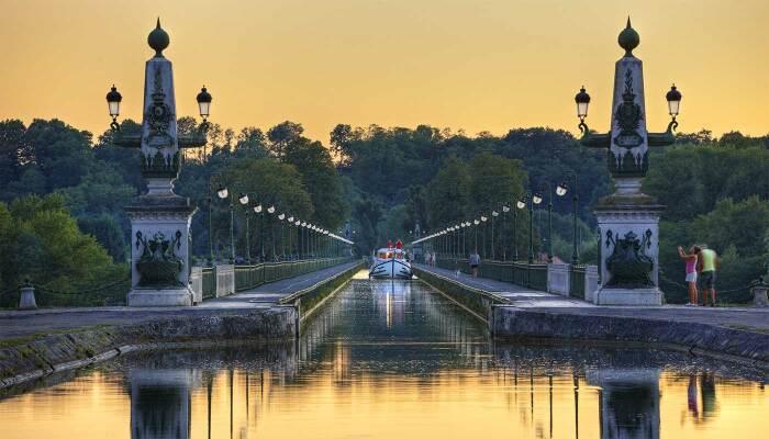 Бриарский акведук – красивое место для прогулок. /Фото: locaboat.com