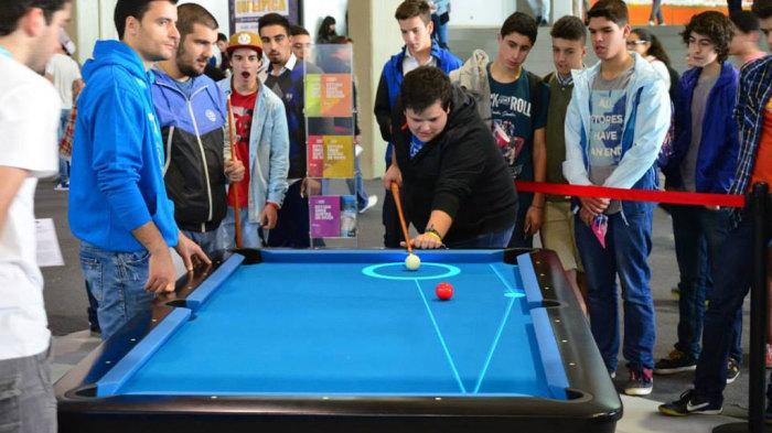 Это не просто красивая подсветка бильярдного стола, это возможность освоить игру в совершенстве. /Фото: telegraf.com.ua