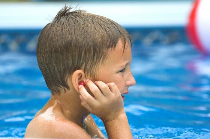 Не стоит приучать детей трясти головой, чтобы вытряхнуть воду из ушей после плавания. /Фото: sneg.tv