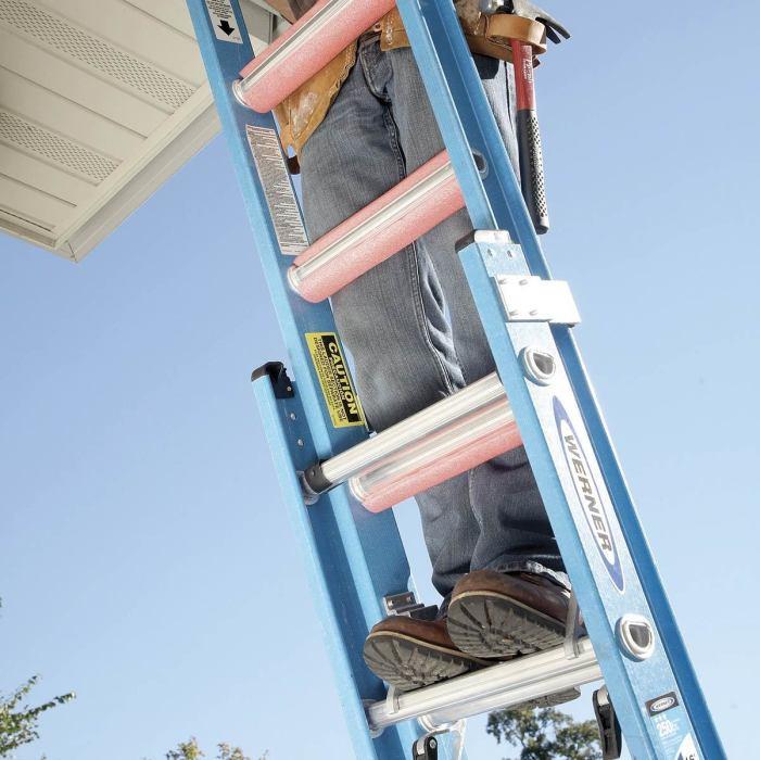 С накладками на перекладинах лестницы легче будет работать. /Фото: familyhandyman.com