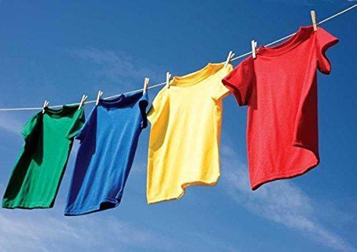 Сушка одежды на солнце также может помочь в борьбе с порчей одежды. /Фото: all4women.co.za