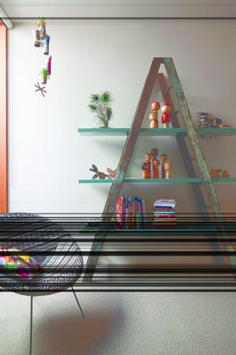 Добавить полки – и стремянка становится вместительным стеллажом. /Фото: tinasmess.gr