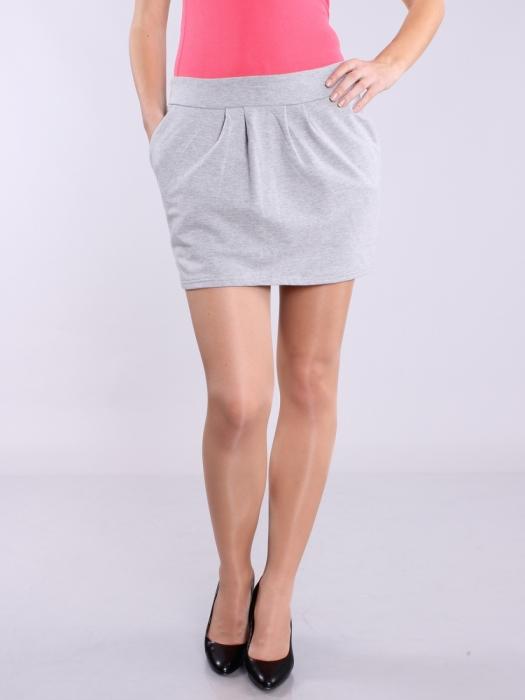 Из спортивных штанов можно создать для себя идеальную юбку. /Фото: toplook.com.ua