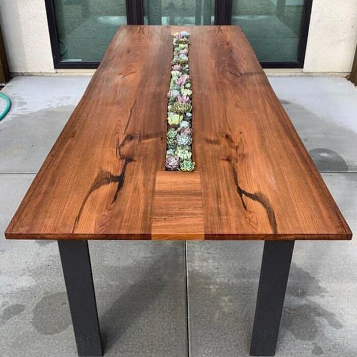 Композиция из суккулентов органично сочетается с деревянной столешницей. /Фото: instagram.com