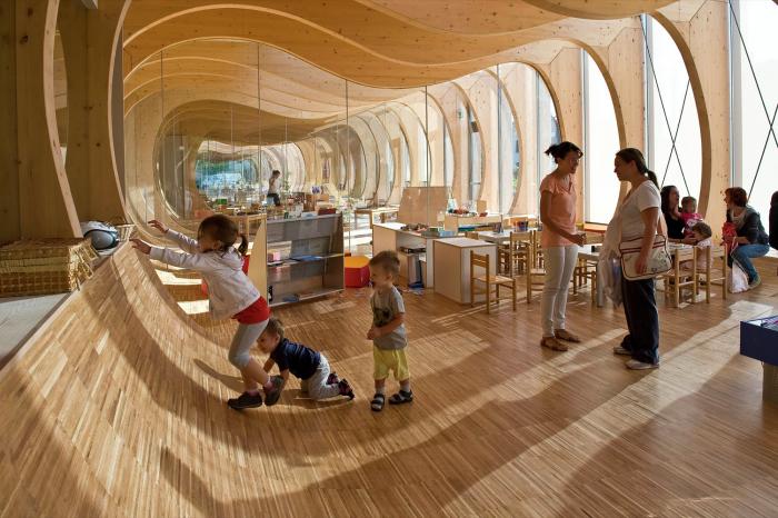 Все пространство садика заточено под удобство для малышей. /Фото: images.adsttc.com