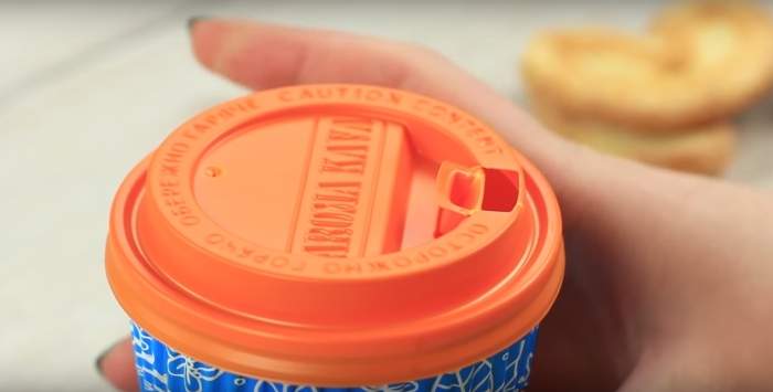 Бумажные стаканчики с пластиковой крышкой нужно уметь использовать правильно.