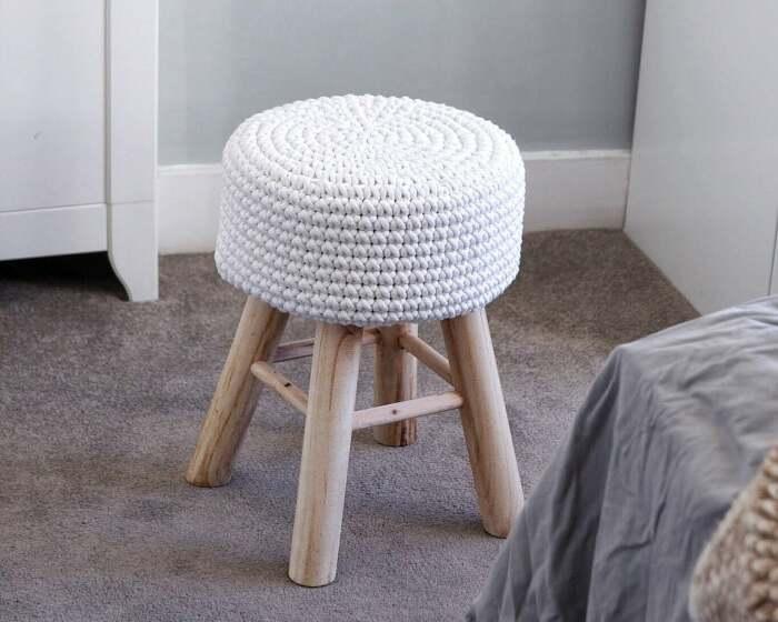 На табуретке с вязаным чехлом удобнее сидеть. /Фото: i.etsystatic.com