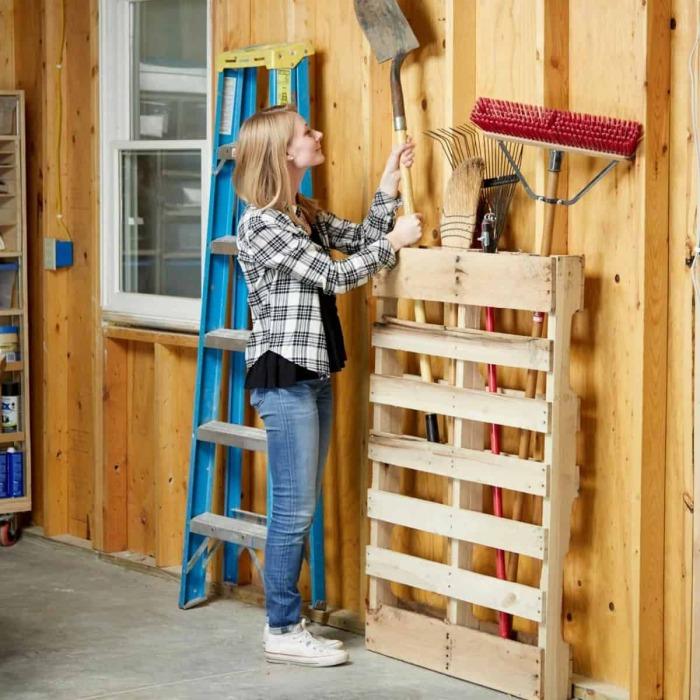 Поддон – готовый органайзер для инвентаря с длинными ручками. /Фото: desertdomicile.com