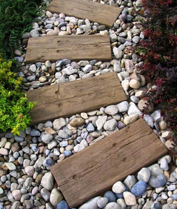 Дерево и гравий – отличный тандем. /Фото: cdn.onekindesign.com