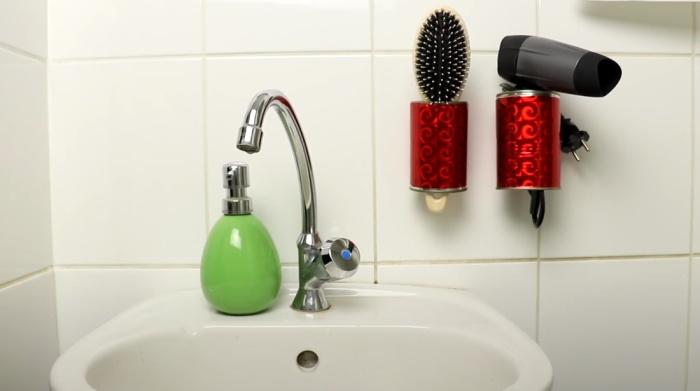 Из банок получается удобный и недорогой держатель для различных предметов. /Фото: https://www.youtube.com/watch?v=pXsPTXREE3Y