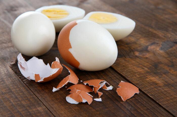 Самый простой способ почистить бутылку внутри — воспользоваться скорлупой от яйца. /Фото: giustopeso.it
