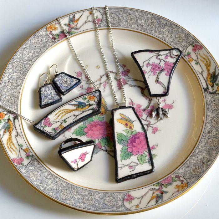 Кольца и кулоны из осколков разбитой посуды смотрятся очень оригинально и элегантно. /Фото: i.pinimg.com