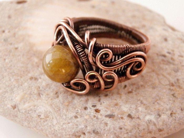 Чтобы украшения не портились от времени, стоит воспользоваться лаком для ногтей. /Фото: i.pinimg.com