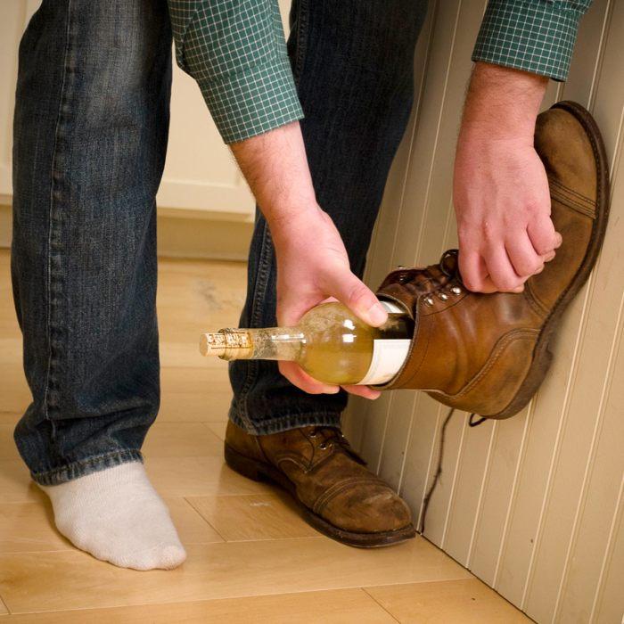 Если штопор подводит, то обувь точно всегда под рукой. /Фото: familyhandyman.com