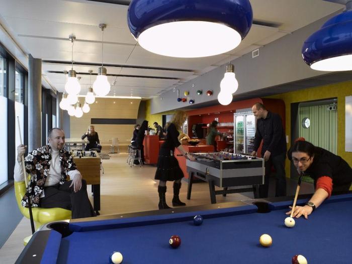 Хорошо, когда коллеги превращаются в друзей. /Фото: keddr.com