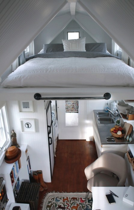 Подвесная кровать — оптимальное решение для квартиры под крышей. /Фото: theownerbuildernetwork.co