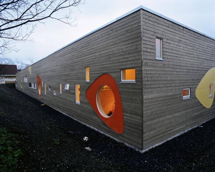За грубым фасадом прячется мобильная игровая зона. /Фото: divisare-res.cloudinary.com