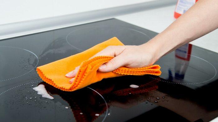 Чем тратить время на агрессивную уборку, лучше предотвращать сильные загрязнения. /Фото: comparaerisparmia.com