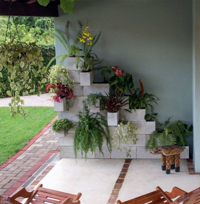 Вертикальный цветник – яркий элемент декора двора. /Фото: i0.wp.com