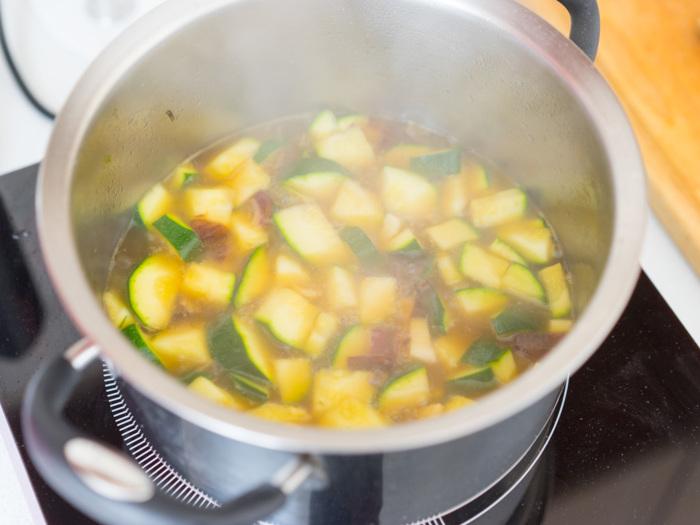 Нужно позволить ингредиентам супа готовиться медленно и равномерно. /Фото: xcook.info