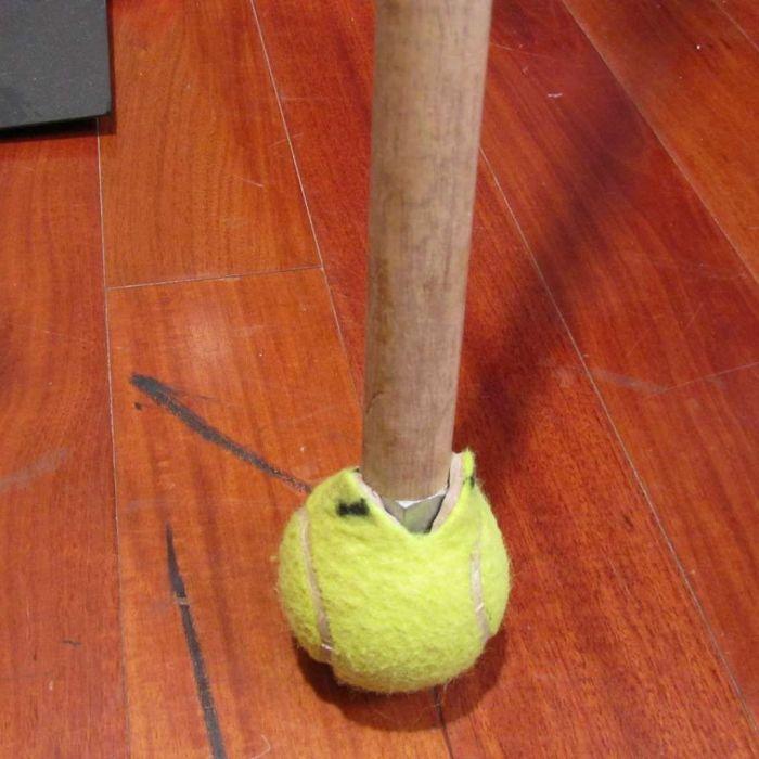 Если на полу есть потертости, исправить их поможет теннисный мяч. /Фото: i.pinimg.com