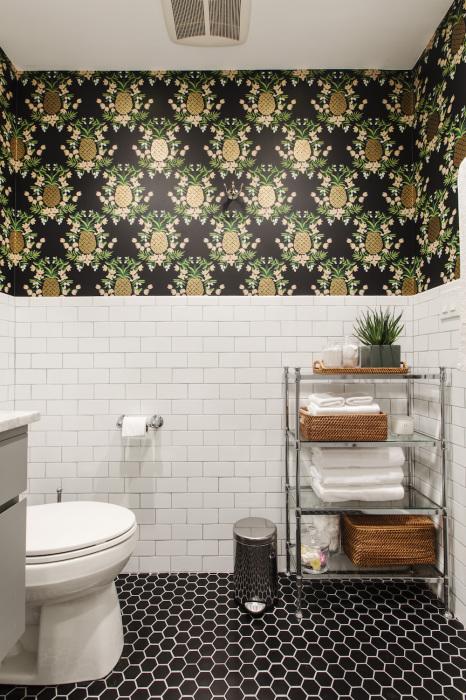 Темные обои с принтом — необычное решение для маленькой ванной. /Фото: blog.sweeten.com